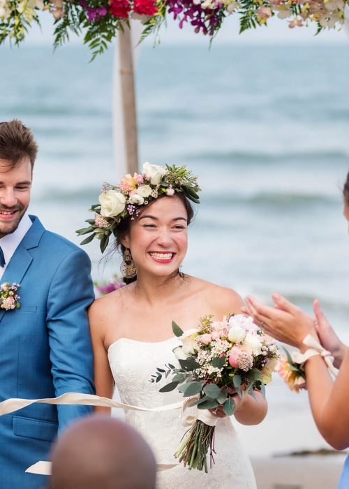 young-couple-in-a-wedding-ceremony-at-the-beach-7BG3HT5