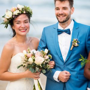 young-couple-in-a-wedding-ceremony-at-the-beach-AB4FXRM