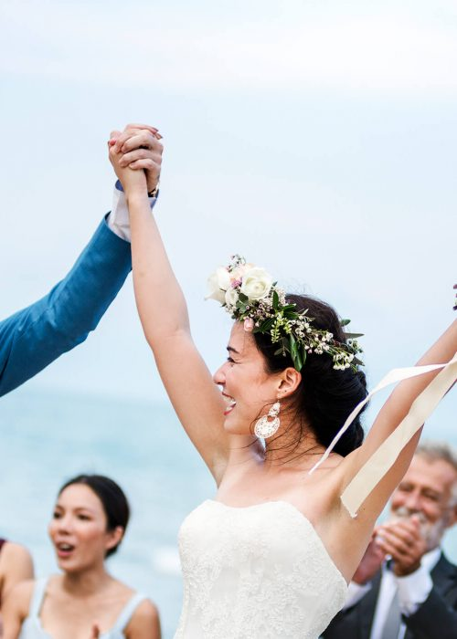 young-couple-in-a-wedding-ceremony-at-the-beach-EX8T4BA