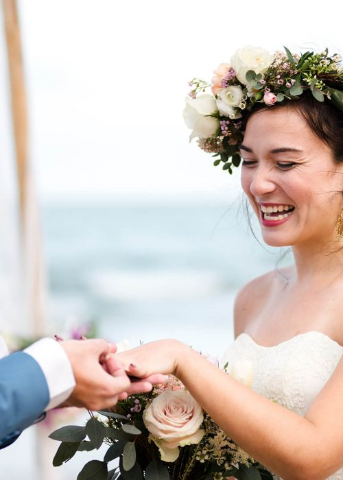 young-couple-in-a-wedding-ceremony-at-the-beach-X2NU6MQ